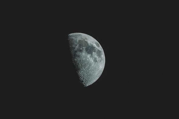 月の土地1エーカーの広さ