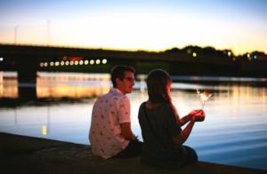 付き合う前のデートで手を繋いで拒否られたら脈なし