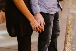付き合う前のデートで手を繋ぐのはアリ?NG