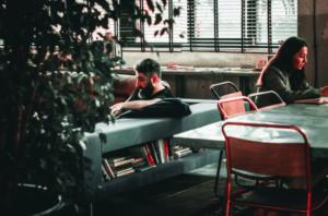 職場の年下男性の脈アリの言動や会話の内容